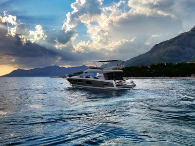 Luxury yacht with skipper - Prestige 500