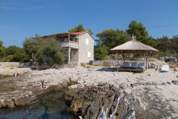 Secluded holiday house Tisina